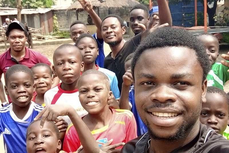 Distribución de calzado entre la infancia de Kinshasa